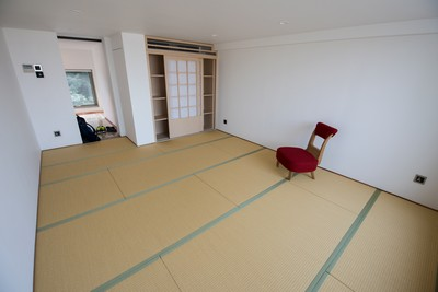 Koganehaku Japanese Moisture-proof Tatami size 38mm, wardrobe with Japanese paper (handmade paper) sliding door.<br />December, 2016